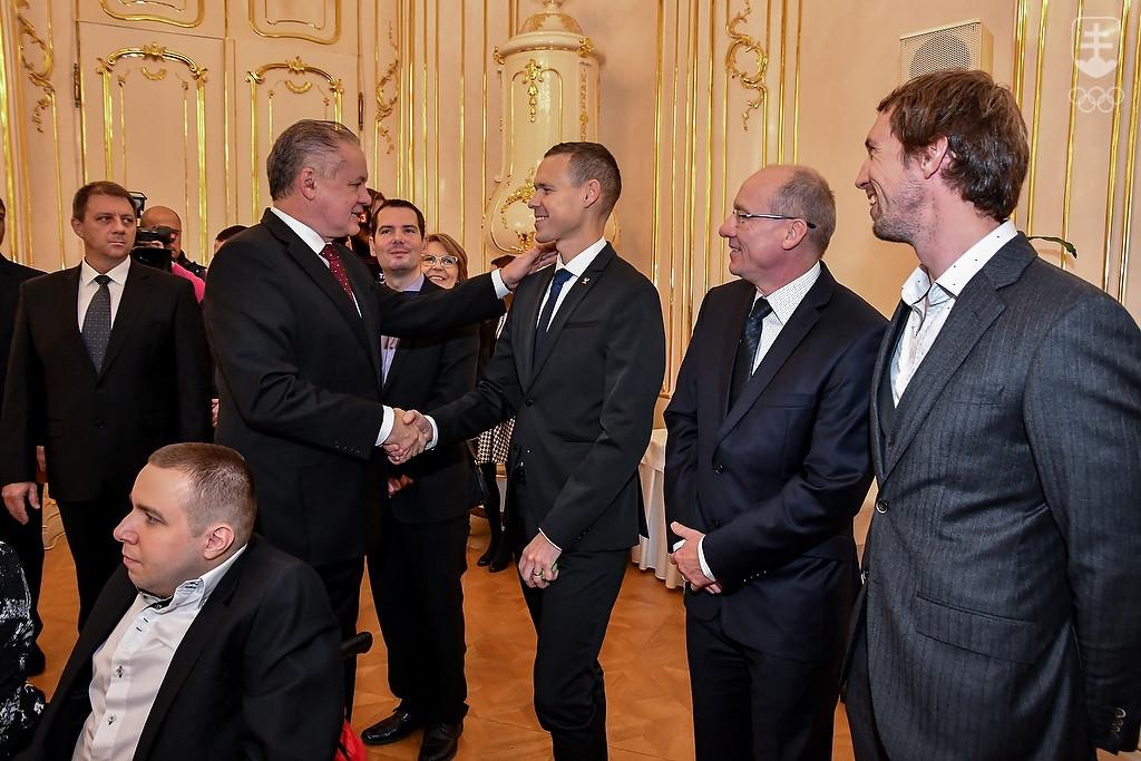 4c6aab9991d18 Prezident SR Andrej Kiska blahželá olympijskému víťazovi v atletike  Matejovi Tóthovi, celkom vpravo dvojnásobný paralympijský